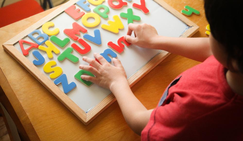 子どもの英語教育はいつから始めるべき?早期英語教育の時期と乳歯の関係