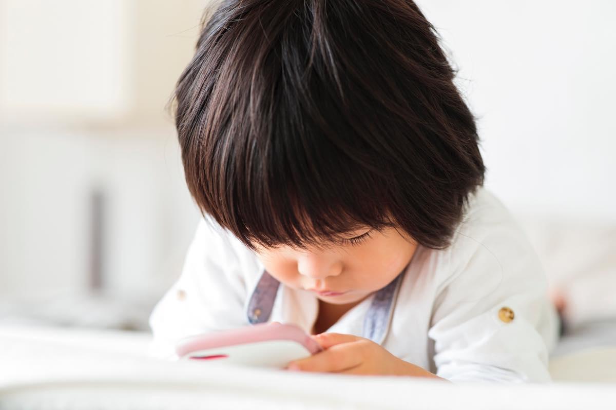 スマホで子守りするのはアリ? 幼児期のスマホが子どもに与える影響とは?